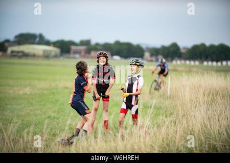Abingdon, Oxfordshire, UK. 1. August 2019. Kinder aus der früheren Rennen fördern Radfahrer Bunny Hop den Brettern. Nehmen Sie 3 Sommer der CX-Serie. Die cyclocross Veranstaltung in Abingdon Flugplatz Donnerstags zieht Radfahrer im Alter von 6 bis 60 etwas. Cyclocross Bike Racing in gemischten Gelände. Das Wetter war warm und sonnig. Credit: Sidney Bruere/Alamy leben Nachrichten - Stockfoto