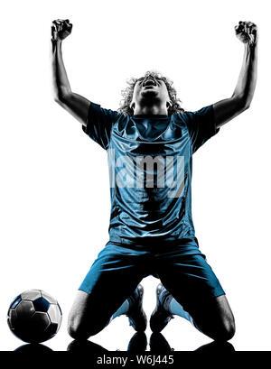Einem gemischten Rennen junger Teenager Fußballspieler mann Feier in Silhouette auf weißem Hintergrund - Stockfoto