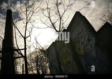 Abschnitte der demontierten Berliner Mauer an der Bernauer Straße, Berlin, Deutschland. - Stockfoto