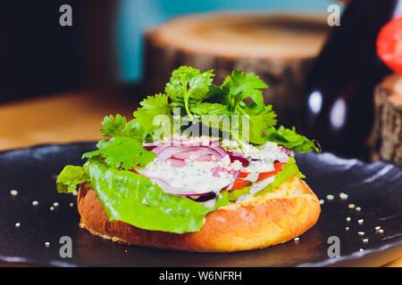 Vegetarische Linsensuppe Burger in grunchy Brötchen mit Salat, Tomaten und Gurken, begleitet von Pommes Frites selektiven Fokus, Fokus auf der Vorderseite des - Stockfoto