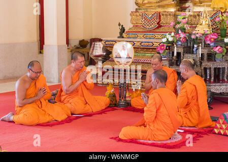 Phuket, Thailand, 04/19/2019 - Gruppe Buddhistischer Mönche im Wat Chalong Tempel zu beten. - Stockfoto