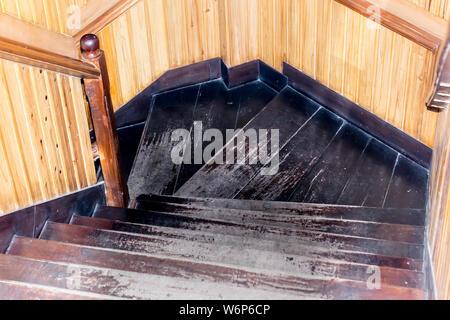 Moderne Treppe mit Holzstufen und Handlauf. Spirale design Hartholz Werkstoff Holz Treppen Schritte Interieur. Wohn- oder Bürogebäude insi - Stockfoto