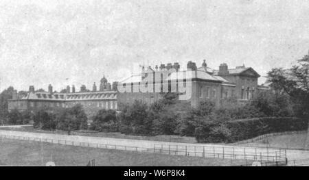 """""""Kensington Palace zum Zeitpunkt der Victoria', (1901). Blick auf Kensington Palace in London während der Herrschaft von Königin Victoria (1574). Ursprünglich im 17. Jahrhundert als Residenz der Grafen von Nottingham gebaut, Kensington Palace wurde von König William III. im Jahre 1689 erworben. Der König wünschte sich eine Residenz in der Nähe von London, sondern weg von seiner rauchigen Luft, die sein Asthma verschlimmert. Zu der Zeit Kensington war ein Dorf außerhalb der Hauptstadt und war perfekt dafür geeignet. Der Palast wurde verbessert und von Sir Christopher Wren und eine befahrbare Straße gebaut wurde, verbindet ihn mit Hyde Park Corner erweitert. Von - Stockfoto"""