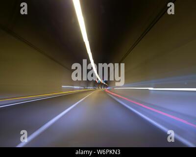 Vom Auto iinside der Tunnel lange Belichtung Foto zeigen, leuchtet wie ein Bänder - Stockfoto