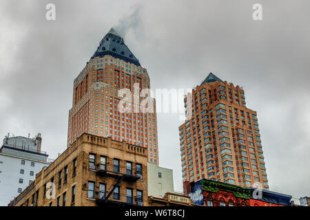 New York City, USA, Mai 2019, Blick auf den oberen Teil eins & zwei Weltweit Plaza Gebäude in Hell's Kitchen, Manhattan - Stockfoto