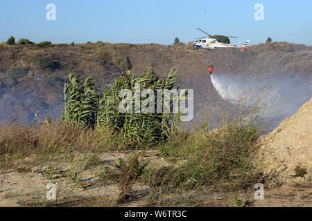 Sesimbra, Portugal. 2 Aug, 2019. Eine Brandbekämpfung Hubschrauber Tropfen Wasser auf ein Feuer in Sesimbra, Portugal, August 2, 2019. Credit: Petro Fiuza/Xinhua Quelle: Xinhua/Alamy leben Nachrichten - Stockfoto