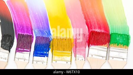 Pinsel tropfende Farbe in verschiedenen Farben - Stockfoto