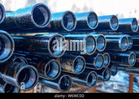 Pfeife metall Textur. Drillpipe auf Bohrinsel Rohr Deck. Rusty Bohrgestänge wurden in den gut Abschnitt gebohrt - Stockfoto