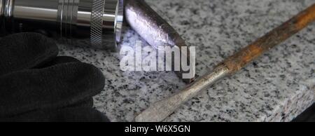 Werkzeug für Einbruch auf der Fensterbank - Stockfoto