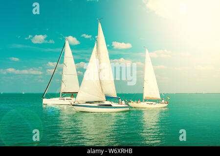 Segelboote auf der Blue Lake Balaton Ungarn unkenntlich. - Stockfoto