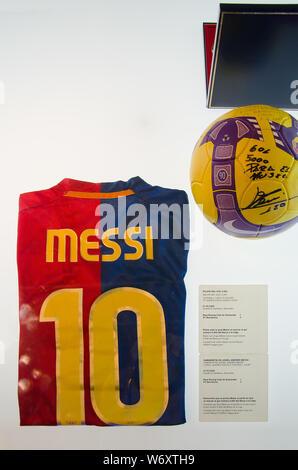 T-Shirt von Lionel Messi mit der Nummer 10 im Museum des FC Barcelona im Stadion Camp Nou. Barcelona, Juni 2014. - Stockfoto