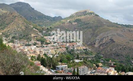 Taormina, Provinz Messina, Sizilien. Blick auf einen Teil der Stadt, an den Hang gebaut. Taormina wurde im 4. Jahrhundert v. Chr. gegründet. - Stockfoto