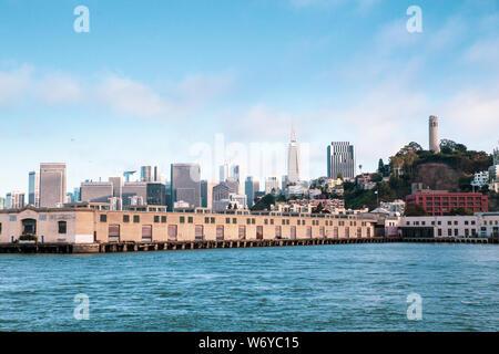Stadt von San Francisco Kalifornien von der Bucht mit Booten, Docks, Kai und Gebäude der Skyline im Blick. - Stockfoto