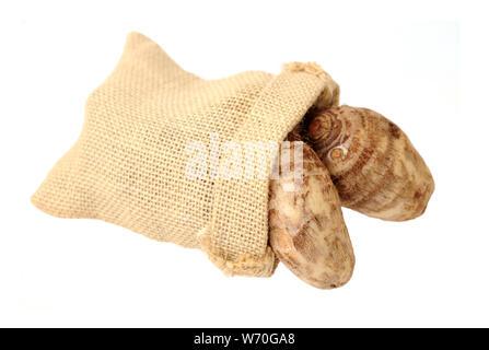 Taro wurzeln in sackleinen Bag (sehr lecker und guten Geschmack) - Stockfoto