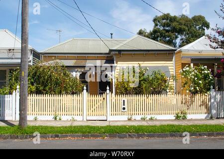 Williamstown, Australien: März, 2019: Traditionell gebaute Bungalow im 20. Jahrhundert australischen Stil mit einer Veranda, Veranda und Lattenzaun. - Stockfoto
