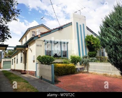 Melbourne, Australien: März 05, 2019: Großes Einfamilienhaus in einem Vorort von St. Kilda. Ein individuell gestaltetes Haus im Art déco-Stil der 1920er. - Stockfoto