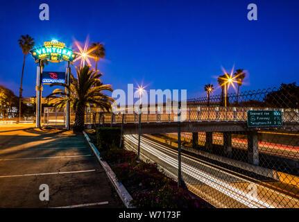 Die Willkommen in Ventura, Kalifornien Sign ist ein Symbol in diesem süßen kleinen Kalifornien Stadt am Strand, hier gesehen, mit Blick auf die Autobahn 101 in der Nacht. - Stockfoto
