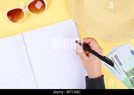 Leere notepad auf gelbem Hintergrund, Sonnenbrille, Hut, Geld. Ansicht von oben, flach. Mockup, kopieren. Sommer Hintergrund Reisen - Stockfoto