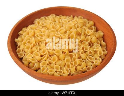 Schalenform Pasta auf hölzerne Schüssel auf weißem Hintergrund - Stockfoto
