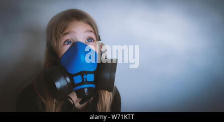 Junge Mädchen tragen Atemschutz Gasmaske, Portrait. Auswirkungen der Luftverschmutzung, Industrie weltweit Einfluss auf die Umwelt. Schutz vor gefährlichen Partikel-, Gas-, Smog, übertragene Krankheiten - Stockfoto