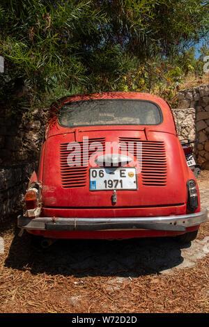 Eine sehr müde, alte original Fiat 500, hat schon bessere Tage gesehen - Stockfoto