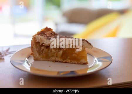 Stück leckeren Apfelkuchen auf Platte, Nahaufnahme - Stockfoto
