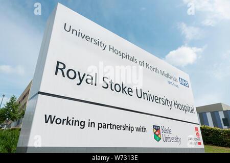 Beschilderungen für die Royal Stoke Universitätsklinikum auf Newcastle Road in Stoke-on-Trent. - Stockfoto