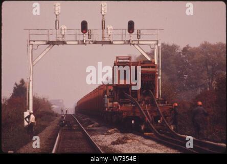 SOUTHERN RAILWAY VORFAHRT ARBEIT MANNSCHAFT, MIT EINEM AUTO, DAS NEUE viertel Meile lange Abschnitte der Bahn, die die alten ersetzen. Das Unternehmen im Jahr 1974 HATTE EINEN DURCHSCHNITT VON VIER MANNSCHAFTEN NUMMERIERUNG 50 bis 55 Männer ARBEITEN AUF DIE 10,531 km Eisenbahn Spur. Maximale sichere Geschwindigkeit auf praktisch alle südlichen TRACKS IST 60 MEILEN PRO STUNDE. Einer anderen Eisenbahngesellschaft hat einige Spuren, die ein TEMPOLIMIT von 13 KILOMETER PRO STUNDE - Stockfoto