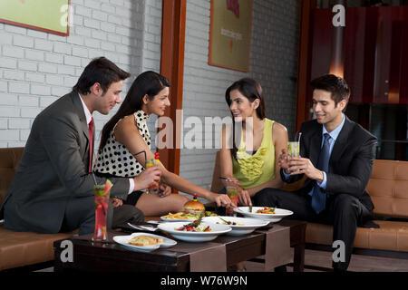 Indische Geschäftsleute mit Party in einem restaurant - Stockfoto