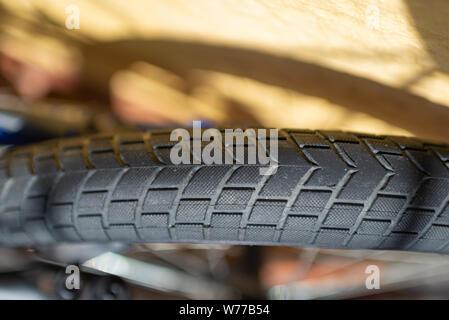 Fahrrad Reifen speichen Nahaufnahme Reiten Reiten Fahrrad Gummi bremsen Pause Bremsventil Achse Metall. - Stockfoto