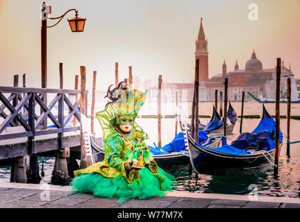 Venedig, Italien, Karneval von Venedig, Maske auf den Markusplatz mit St. George Island im Hintergrund. - Stockfoto