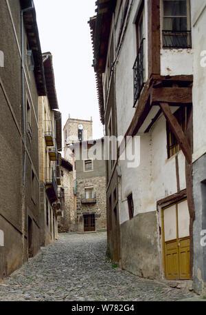 Spanien. La Rioja. Anguiano. Blick auf eine der Straßen in der Stadt, sein mittelalterliches Aussehen bewahrt, und typische Architektur. - Stockfoto