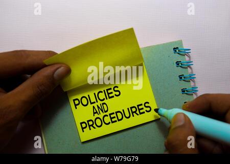 Richtlinien und Verfahren text auf Haftnotizen auf Büro Schreibtisch isoliert