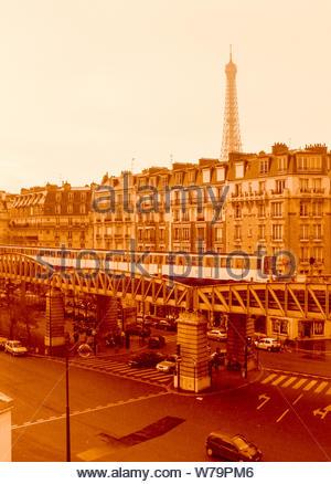 Paris, Frankreich - 01 April 2006: Eine u-bahn auf einem Viadukt passiert einen Pariser Straße mit dem Eiffelturm und typischen Gebäuden sichtbar in der Ba - Stockfoto