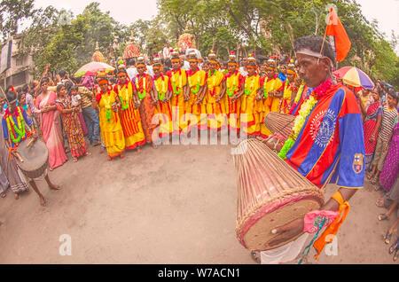Tribal, Santhal, männlich, Trommler, Frau, Tänzer, in der Gruppe, Tanzen, in, Rathayatra, Kolkata, Indien, - Stockfoto