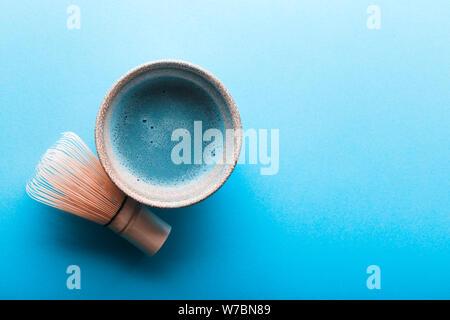 Ansicht von oben in Blau tee Matcha in einer Schale auf der blauen Fläche. Es ist eine reiche Quelle von Antioxidantien und Polyphenole - Stockfoto