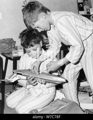 Jungen spielen mit einem Modellflugzeug, c 1960. - Stockfoto