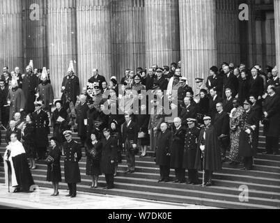 Königliche Familie Mitglieder und die nationalen Politiker auf den Stufen von St. Paul's Cathedral, 30. Januar 1965. Artist: Unbekannt - Stockfoto