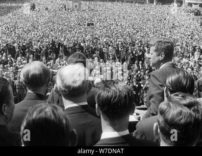 Präsident John F. Kennedy (1917-1963) eine Rede außerhalb der Bonner Rathaus, Bonn, Deutschland, 1963. Artist: Unbekannt - Stockfoto