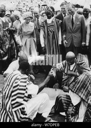 Königin Elizabeth II. und Prinz Philip an der Royal Show in Kenema, Sierra Leone, 1961. Artist: Unbekannt - Stockfoto