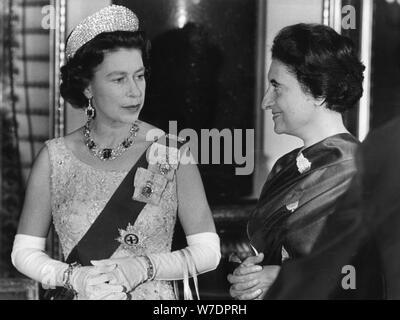 Königin Elizabeth II. im Gespräch mit Frau Gandhi bei einem Empfang am Buckingham Palace, 1969. Schöpfer: Unbekannt. - Stockfoto