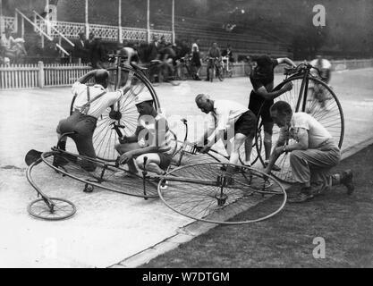 Männer arbeiten an Penny-farthings im Velodrom, c 1900-1939 (?). Artist: Unbekannt - Stockfoto