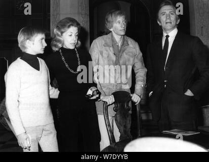 Kirk Douglas mit seiner Frau Anne und Söhne Eric und Peter, Hamburg, Deutschland, 1972. Artist: Unbekannt - Stockfoto
