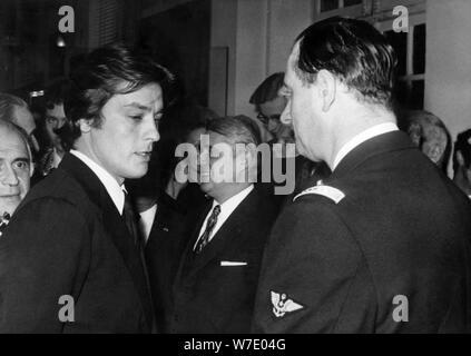 Der französische Schauspieler Alain Delon im Gespräch mit Admiral Philippe de Gaulle, Paris, Frankreich, c 1960 - c 1970 s (?). Artist: Unbekannt - Stockfoto