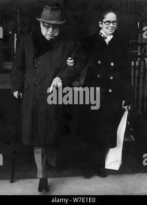 Charlie Chaplin und seiner Frau Oona verlassen das Hotel Ritz in Paris, Frankreich, c 1970 s (?). Artist: Unbekannt - Stockfoto