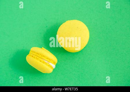 Bunte macarons oder makronen Cookies auf grünem Hintergrund. top View - Stockfoto