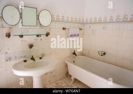 Modernes Badezimmer Dusche Uber Der Badewanne Wc Stockfotografie Alamy