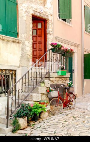 Einer der engen Gassen in der Altstadt von Rovinj in Kroatien - Stockfoto