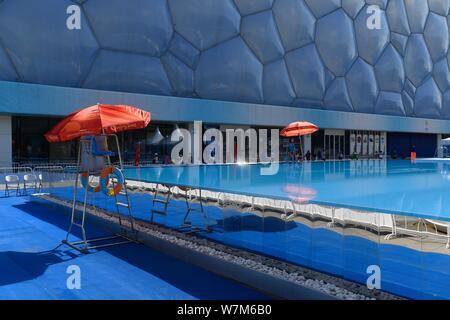 """Blick auf die 25 Meter lange und 15 Meter breite Infinity Pool neben dem China National Aquatics Centre, besser bekannt als """"Water Cube"""", in Peking, China, - Stockfoto"""