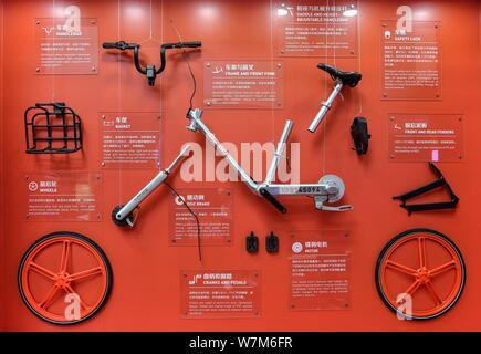 Ein Fahrrad der Chinesischen bike-sharing service Mobike ist auf dem Stand von Mobike während einer Ausstellung in Peking, China, 27. Juli 2017. Chinesische b - Stockfoto